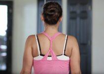 Exercice d'étirement trapèze: corriger sa posture avec une ceinture de Yoga.