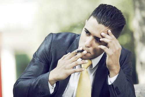 Homme fume pour se détendre