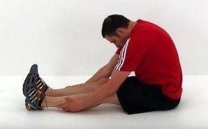 Assouplir le dos #1 - toucher des pieds assis