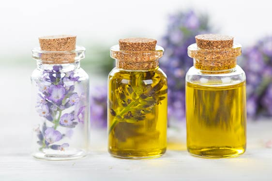 Soulagez vos maux de dos grâce à des compresses, bain & massages aux huiles essentielles.