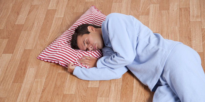 Is it good to sleep on the floor if you have back pain ?